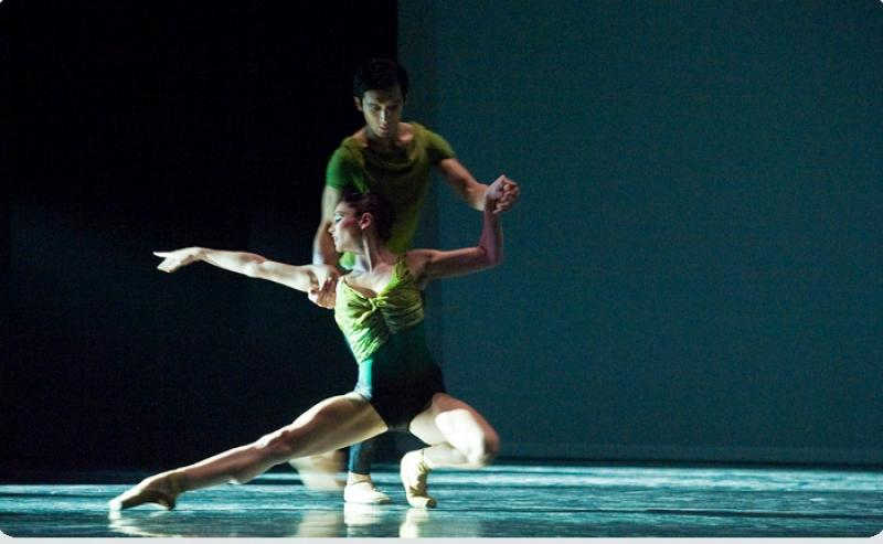 Simmons's 'A Song in the Dark': Simple, graceful moves with spacious shape and depth