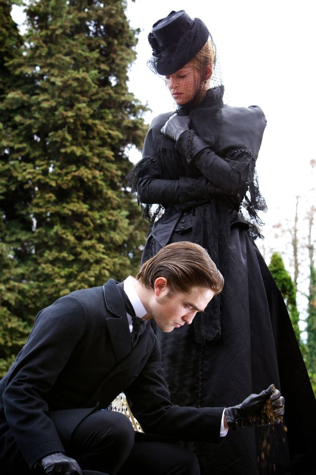 Uma Thurman and Robert Pattinson in Bel Ami