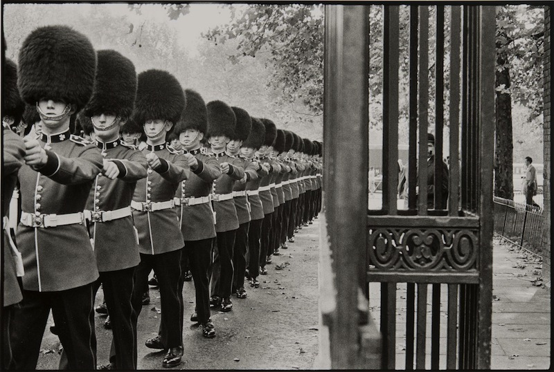 Bruce Davidson, Queen's guard marching, 1960