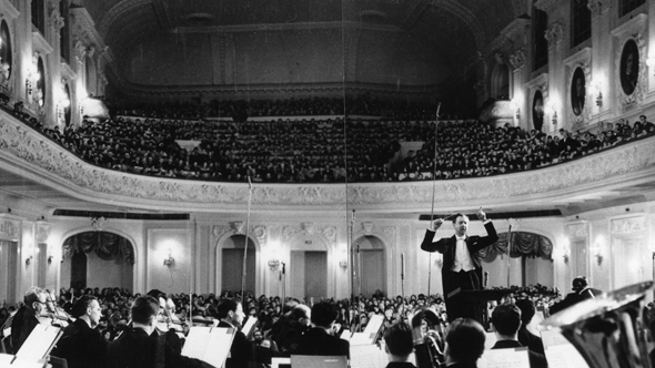 Britten conducting his Cello Symphony in Moscow in 1964