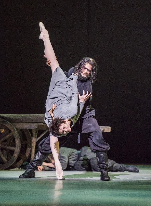 Natalia Osipova as Anna Anderson and Thiago Soares as Rasputin in Kenneth MacMillan's Anastasia.