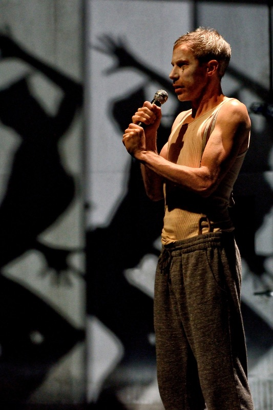 Jonathon Young in Betroffenheit