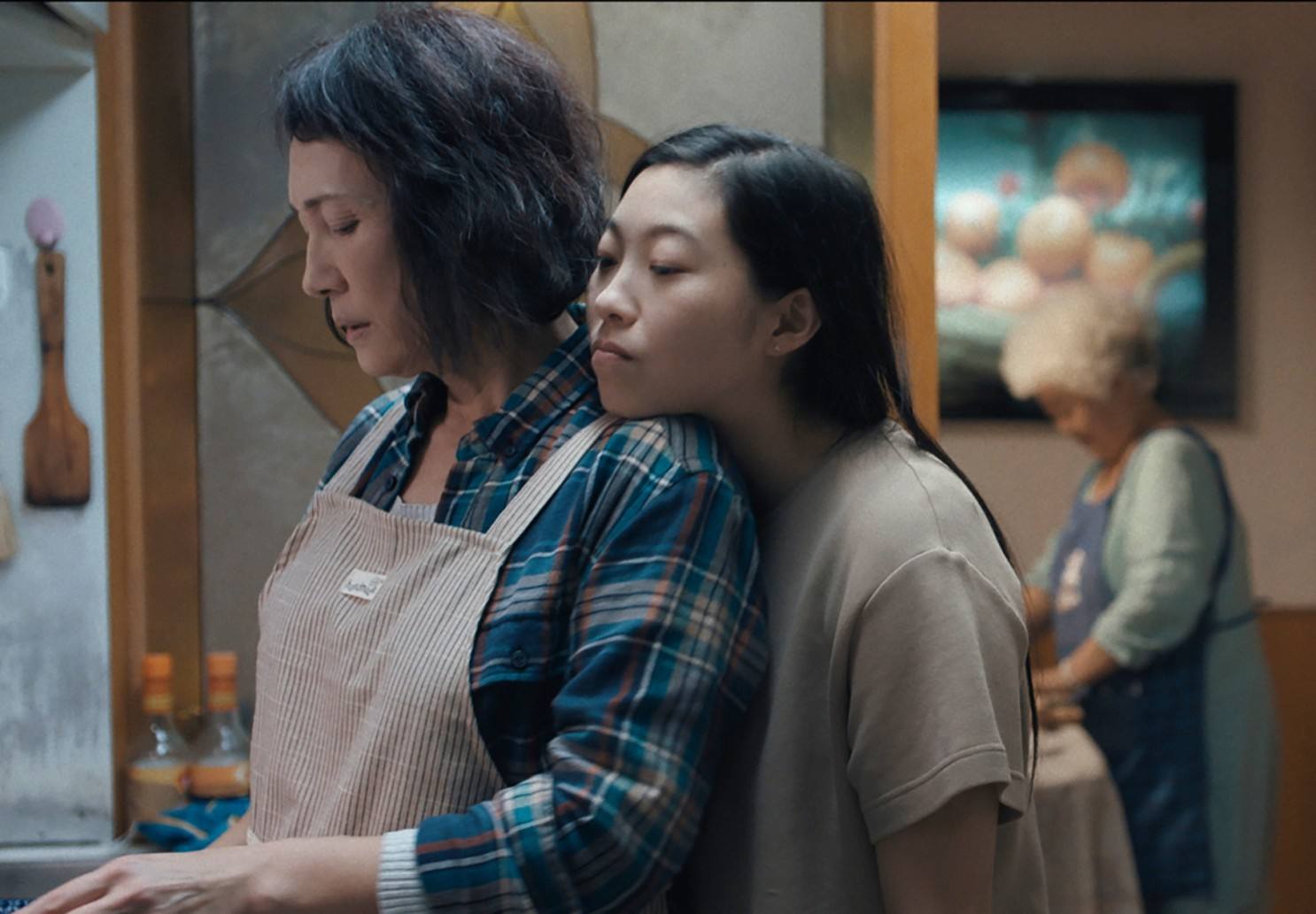 Jian (Diana Lin) and Billi (Awkwafina) in The Farewell