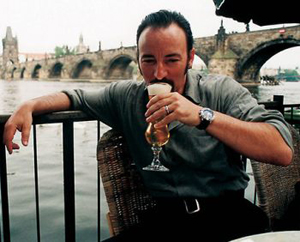 Springsteen_drinks_beer_small