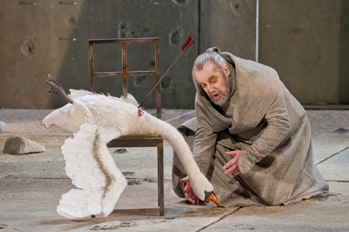 Parsifal_John_Tomlinson_swan_credit_Richard_Hubert_Smith