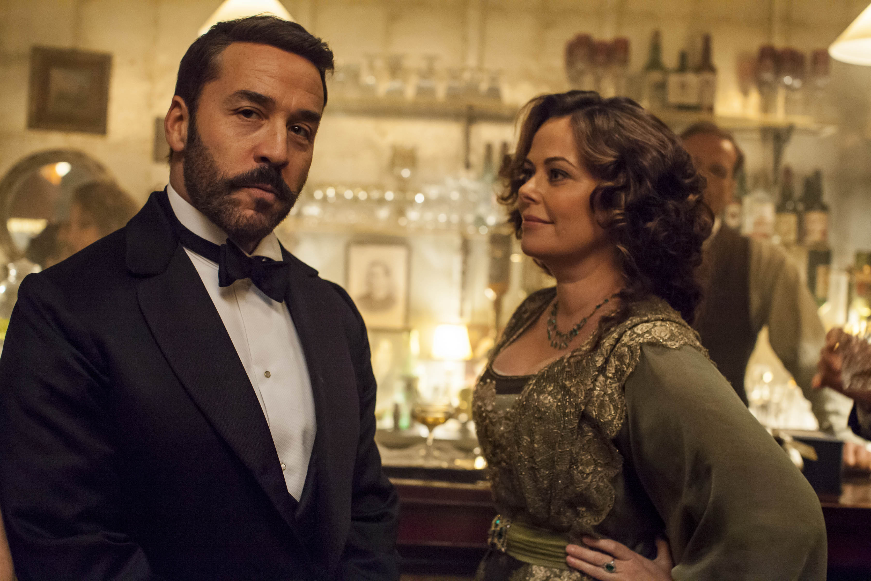 Jeremy Piven as Harry Selfridge and Polly Walker as Delphine Day in Mr Selfridge